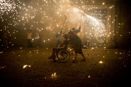 """La imagen de la semana: """"Correfoc for Sant Roc Festival in Barcelona"""" de Jordi Boixareu"""